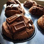 楽天が運営する楽天レシピ。ユーザーさんが投稿した「ノンオイル♪ふわふわしっとり濃厚チョコマフィン♥」のレシピページです。焼きたてのふわふわも、冷やしてガトーショコラのようになったのも美味しくてオススメです♥バレンタインにもgood♪※レシピわかりやすく編集しました!1/31。マフィン チョコケーキ 生クリーム消費 簡単お菓子。○薄力粉,○無糖ココア,○ベーキングパウダー,卵L,砂糖,生クリーム,※板チョコ