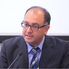 """Luigino Bruni, professore di Economia Politica, nato ad Ascoli Piceno il 30 maggio 1966. E' professore associato presso la Facoltà di Economia all'Università """"Bicocca"""" di Milano ed è anche Direttore del Corso di perfezionamento in """"Economia civile e non profit""""."""