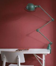 peinture couleur marsala sur les murs d'un bureau