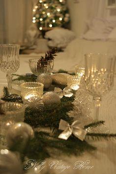 Pomysł na kryształową, błyszczącą aranżację świątecznego stołu.