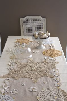 Crochet Art, Crochet Home, Little Presents, Quilted Table Runners, Lace Embroidery, Vintage Decor, Doilies, Tea Party, Diy And Crafts