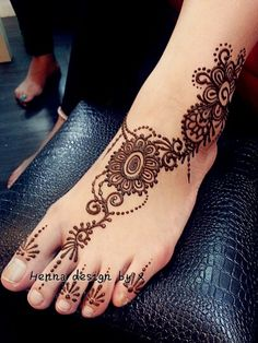 Henna legs - In this article, you will see the out-of-the-box situations faced b. Henna legs – In this article, you will see the out-of-the-box situations faced by tattooers and w Cool Henna Designs, Beautiful Henna Designs, Bridal Mehndi Designs, Henna Tattoo Designs, Henna Designs Feet, Tattoo Henna, Tatoo Hindu, Henna Mehndi, Henna Feet