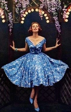 Suzy Parker in a gorgeous blue floral dress! Suzy Parker Scanned by MyVintageVogue Look Retro, Look Vintage, Vintage Mode, Vintage Beauty, Vintage Floral, Jj Dresses, Pretty Dresses, Beautiful Dresses, Summer Dresses