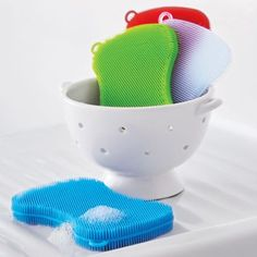 Our cure for kitchen cleanup: The new Stay Clean Scrubber. Cleans without smelly sponge odors and is dishwasher safe – for a fun and flexible scrubber that will stand the test of time. Kitchen Hacks, Kitchen Tools, Fun Kitchen Gadgets, Kitchen Products, Kitchen Stuff, Home Gadgets, Gadgets And Gizmos, Messy Kitchen, Washing Dishes