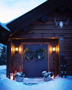 """Slettvoll on Instagram: """"Julen står for døren, og ventetiden er snart over. Ønsk høytiden velkommen allerede ved inngangspartiet med våre julekranser og…"""" Chalet Chic, Chalet Style, Country Modern Home, Cabins In The Woods, Home Staging, Home Crafts, Beautiful Places, Outdoor Decor, House"""