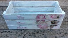 How to decore a tray with decoupage and distressed paint Decoupage Wood, Decoupage Tutorial, Decoupage Vintage, Diy Wood Box, Wood Boxes, Wooden Crates, Wooden Art, Crate Crafts, Shabby Chic Art