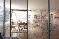 Porte coulissante avec verre sérigraphié qui s'ouvre sur la grande pièce à vivre,