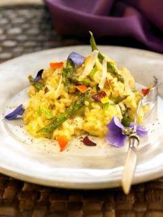 Risotto con asparagi fiori eduli e menta