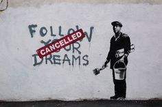 Banksy is a pseudonymous United Kingdom-based graffiti artist, political activist, film director, and painter. His satirical street art and subversive epigrams combine dark humour with graffiti executed in a distinctive stencilling technique Banksy Graffiti, Street Art Banksy, Wie Zeichnet Man Graffiti, Bansky, Graffiti Artwork, Graffiti Drawing, Banksy Canvas, Graffiti Artists, Graffiti Wallpaper