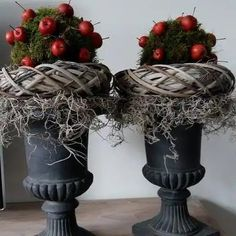 🌟Tante S!fr@ loves this📌🌟 Christmas Greenery, Christmas Porch, Outdoor Christmas Decorations, Christmas Love, Christmas Wreaths, Christmas Ornaments, Holiday Decor, Decoration Inspiration, Deco Floral