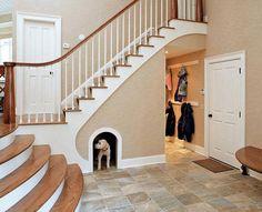 La niche sous l'escalier.......... Le coin du toutou.......... Vraiment ingénieux.