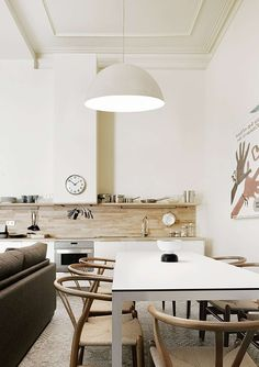 Væg i træ, der går ud i hylde. Apartment in Barcelona by Intercon | Home Adore