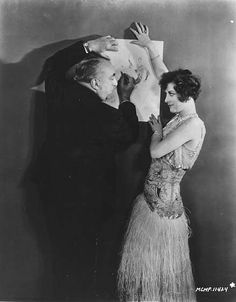 Joan Crawford with Paul Poiret 1929 20s Fashion, Fashion History, Timeless Fashion, Vintage Fashion, Paul Poiret, Joan Crawford, Art Costume, French Fashion Designers, Costume Institute