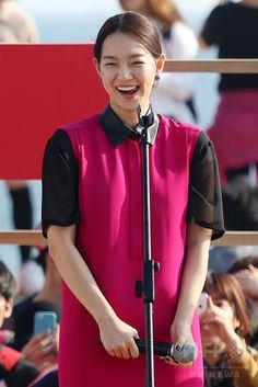 「第19回釜山国際映画祭(Busan International Film Festival、BIFF)」で、映画『私の愛、私の花嫁(My Love, My Bride)』の舞台あいさつに臨む、女優のシン・ミナ(Shin Min-a、2014年10月3日撮影)。(c)STARNEWS ▼8Oct2014AFP|第19回釜山国際映画祭2日目、JYJユチョンなどが登場 http://www.afpbb.com/articles/-/3028264 #Busan_International_Film_Festival_2014