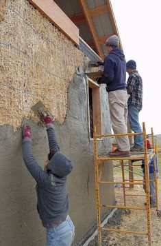 Ellensburg straw bale construction plastering workshop barn raising, plastering up higher on the west wall Cob Building, Green Building, Building A House, Straw Bale Construction, Construction Business, Construction Birthday, Construction Design, Architecture Durable, Mud House