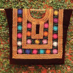 Hermosa Borgoña y multi colorean Vintage Huipil por CasaOtomi