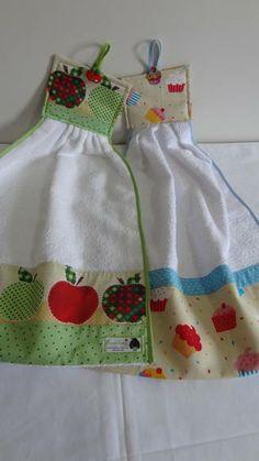 Se você quer estar com suas mãos sempre secas qdo estiver cozinhando, use os bate mão da CAPIM LIMÃO. Bate mão feito em tecido felpa, barrado com tricoline 100% algodão e decorado com botões e viés. R$ 20,00 Dish Towels, Hand Towels, Tea Towels, Sewing Hacks, Sewing Crafts, Sewing Projects, Kitchen Linens, Kitchen Towels, Towel Dress