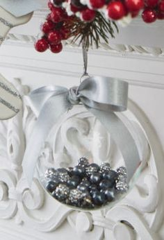 Ornement rond en verre rempli de perles