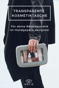 Die transparente Kosmetiktasche von VOLIE ist der perfekte Reisebegleiter für deinen nächsten Trip und bietet Platz für deine Reisegrößen, Makeup, Reiseutensilien und alles was du brauchst, um dich unterwegs wohl zu fühlen. Durch die transparenten Seiten ist diese Kosmetiktasche außerdem ideal, um beim Reisen mühelos und stilsicher durch die Sicherheitskontrolle am Flughafen zu kommen.