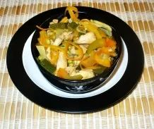 Pikante kalorienarme Suppe im Asiastil