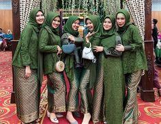 Model Kebaya Brokat Modern, Kebaya Modern Hijab, Batik Muslim, Dress Batik Kombinasi, Hijab Gown, Dress Brokat, Muslim Wedding Dresses, Casual Hijab Outfit, Batik Dress