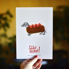 Nous ne pouvons plus attendre ! C'est l'heure de vous révéler la carte du mois de novembre illustrée par le super Robin Gr. Elle est déjà exposée dans nos bureaux et on l'adore !  Plein de belles choses arrivent pour les mois à venir restez connectés !  #postcard #print #illustration