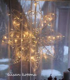Liisan kotona: DIY:Kaksi erilaista joulutähteä Jyskin henkareista Christmas Home, Christmas Bulbs, Christmas Decorations, Holiday Decor, Christmas Ideas, Old And New, Diy And Crafts, Glass Vase, Chandelier