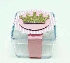 *Personalizamos todos os temas*    Caixa Acrílica em personalizada em scrap, coroa em glitter ou papel laminado dourado e fita de cetim  .  Medida Aproximada (LxAxC): 5cmx5cm    ** Embalagem vazia**