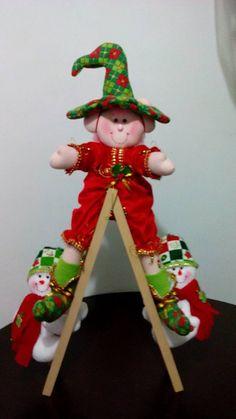 DUENDECITO MONTADO EN ESCALERA 1-4 Gold Christmas, Christmas Crafts, Christmas Decorations, Holiday Decor, Elf On The Shelf, Elves, Margarita, Snowman, Merry