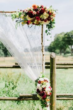 Freie Trauung Altar mit Blumen Detail Wiese