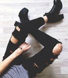 jeans-negros-rotos-botas