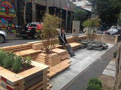 Desenvolvido em São Fransico onde foi projetado oficialmente em 2005, o primeiro parklet do mundo tinha como objetivo ser uma pequena praça que dá continuidade às calçadas. O nome vem de um trocadilho em inglês do ato de estacionar (parking) e de parques (parks). É um espaço público, destinado a proporcionar conforto, lazer, apreciar o verde e a rua. É uma intervenção urbana que incentiva os transportes não-motorizados.