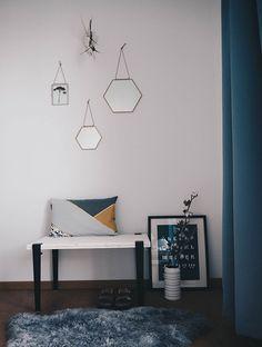 Home & Living: Kleine DIY-Sitzbank mit Beinen von Tiptoe im Skandi-Style – steht in unserem Schlafzimmer, dekoriert mit Fell, Vintage-Vase, Skandi-Kissen & sechseckigen Spiegeln in Kupfer.