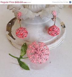 Mothers Day Sale Vintage mod enamel flower pin or by trendybindi, $48.00