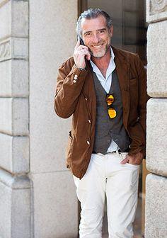 ブラウンジャケット×白パンツの着こなし【50代】(メンズ)