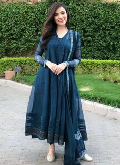 Best Trendy Outfits Part 1 Pakistani Fashion Party Wear, Indian Fashion Dresses, Dress Indian Style, Indian Designer Outfits, Indian Wear, Fancy Dress Design, Stylish Dress Designs, Designs For Dresses, Frock Design