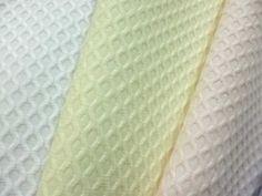 Piqués - tipo de tejido de algodón que adopta ciertos relieves que le dan una mayor consistencia.