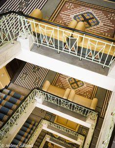 Hotel Art Déco grandiose, c'est le grand bluff ! La décoration intérieure de style Art Nouveau nous transporte dans les années 20 ; on s'attend à croiser le beau Gatsby dans les couloirs. Amateurs de pixel art, la mosaïque du plafond du Café Impérial vaut le détour. Retour vers le futur inattendu ! >> Na Porící 1 072/15, Prague 1