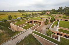 Friendship Centre / Kashef Chowdhury / URBANA.  Como em construção, portanto, na concepção, o complexo do centro sobe e existe como eco de ruínas, vivo com a memória dos restos de Mahasthan.  Imagem © Aga Khan Trust for Culture / Rajesh Vora
