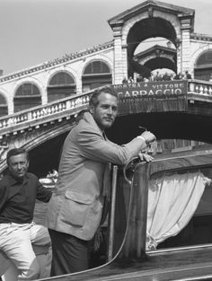 Paul Newman ♥️ devant le pont du Rialto, à Venise, en 1963.