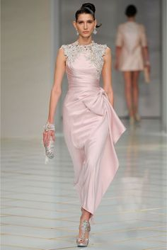Catwalk photos and all the looks from Guo Pei Spring/Summer 2016 Couture Paris Fashion Week Beautiful Gowns, Beautiful Outfits, Elegant Dresses, Pretty Dresses, Couture Fashion, Runway Fashion, Paris Fashion, Gothic Fashion, Couture Dresses