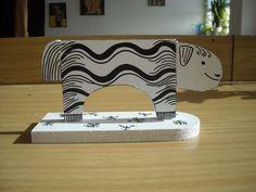 Dřevěná ovečka, natřeno a pokresleno permanentní fixou