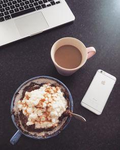 Dagens frukost efter ett rygg, baksida axel och biceps pass. En stor portion chokladgröt med kokosmjölk och keso slår aldrig fel