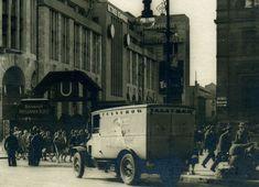 Berlin, Lieferwagen der Conditorei Telschow vor dem Gebäude der Konkurrenz (Cafe Vaterland). Um 1929.