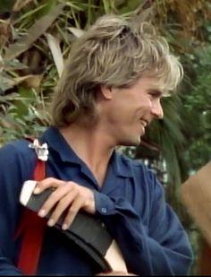 Mac laughing with his neighbors (season 7)