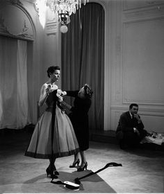 Great photos of Backstage at Dior fashion show Vintage Fashion 1950s, Fifties Fashion, Vintage Dior, Vintage Couture, Vintage Glamour, Fifties Style, Vintage Dress, Retro Style, Dior Collection