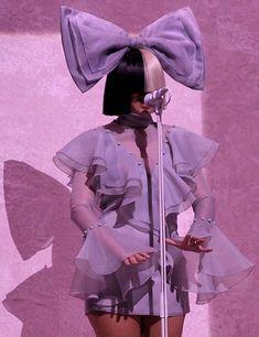 La cara de Sia quedó al descubierto en un concierto