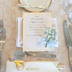 ナプキンの上にかすみ草のミニブーケを置くテーブルコーディネートが可愛い   marry[マリー]