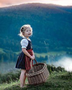 Schönes Kinderdirndl mit eleganter roter Schürze. Children, Kids, Germany, Costumes, Outfits, Inspiration, Beauty, Dresses, Fashion