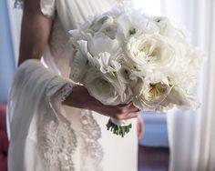 Bouquet branco sem folhagens (e com flores maravilhosas) #bridalboquet #bouquetdenoiva #casamento #wedding